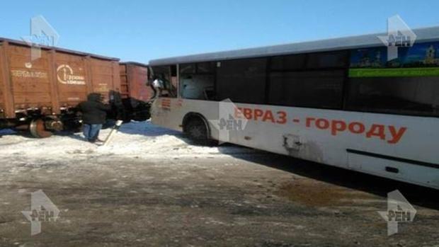 Пассажирский автобус врезался в товарный поезд