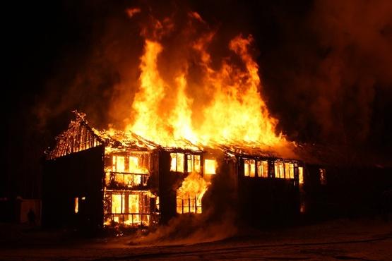 Эвакуировали 36 человек, сгорело пять квартир: в Югре произошел крупный пожар