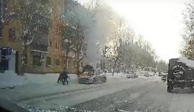 Тюменцы потушили горящий автомобиль снегом: видео