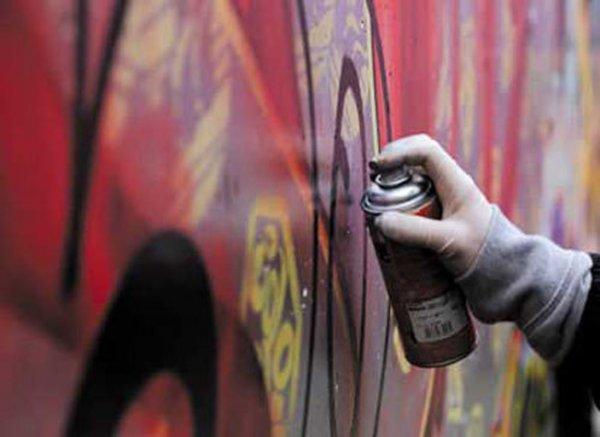 «Граффити с летальным исходом»: Наркодилеры подсаживают на иглу школьников при помощи уличной рекламы