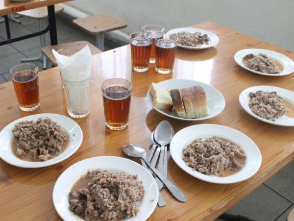 Школьников в Томской области кормили продуктами с истекшим сроком годности