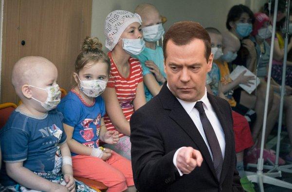 «Бизнес придуриваться и нести чушь»: Медведева обвинили за обещание обременяющее онкобольных