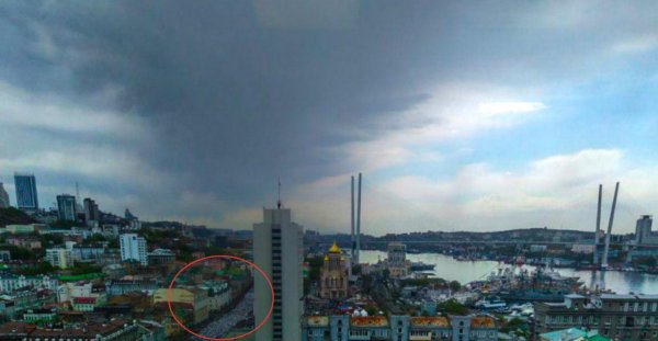 Небо скорбит: во Владивостоке туча «традиционно» растянулась над «Бессмертным полком»